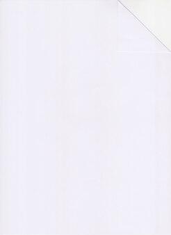 Biały papier formatu a4 składa się w narożnik.
