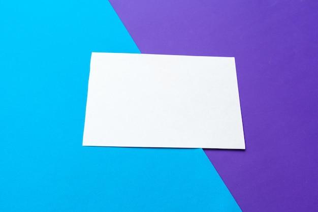 Biały papier i copyspace w pastelowym kolorze