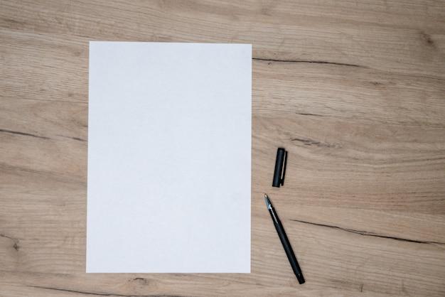 Biały papier i czarny długopis