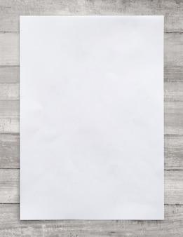 Biały papier na drewnianym tle