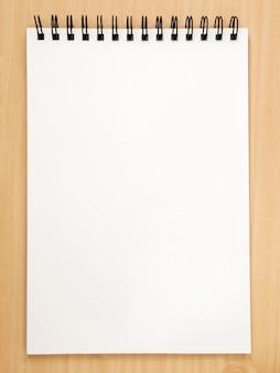 Biały papier na drewnie
