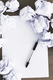 Biały papier na stole