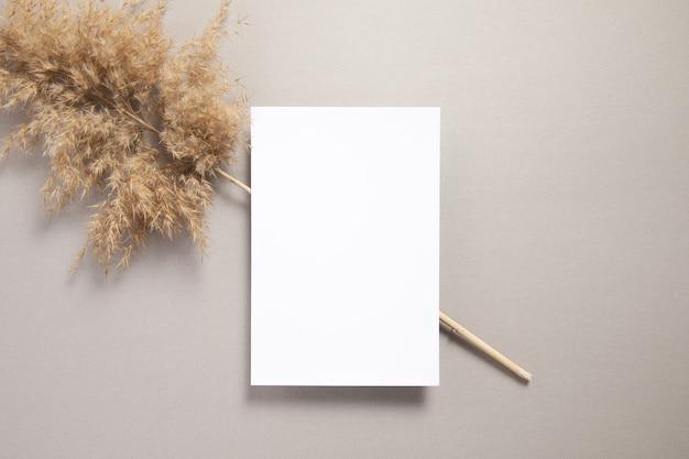 Biały papier z dekoracją suszonego lagurusa na stole
