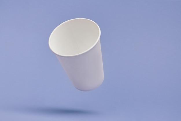 Biały papierowy kubek kawy w kolorze