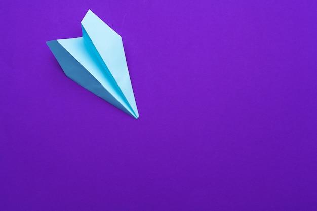 Biały papierowy samolot na purpurach