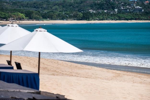 Biały parasol na plaży na bali