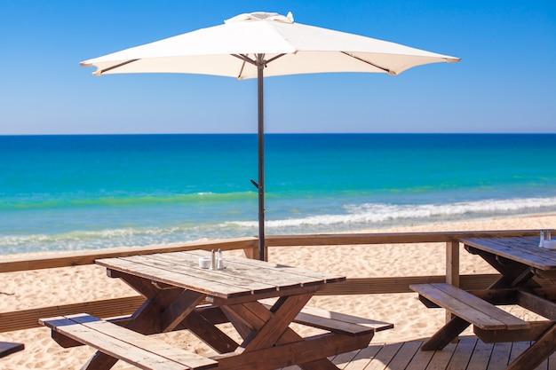 Biały parasol w pustym barze na morzu na zewnątrz