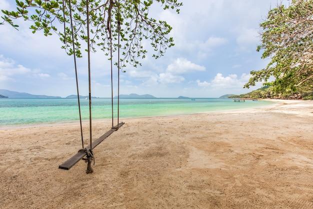 Biały piasek i niebieskie niebo w tropikalnej plaży w koh wai wyspie, tajlandia