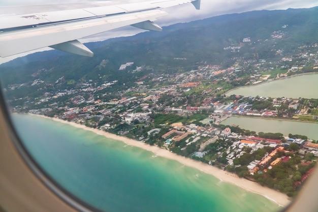 Biały piasek na plaży chaweng, koh samui, tajlandia. po tym, jak covid nie miał turystów, sprawili, że morze całkowicie odnowiło się ekologicznie, równowaga natury