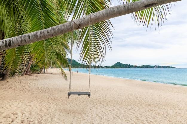 Biały piasek na plaży lamai, koh samui, tajlandia. po tym, jak covid nie miał turystów, morze całkowicie odnowiło ekologię, równowagę natury