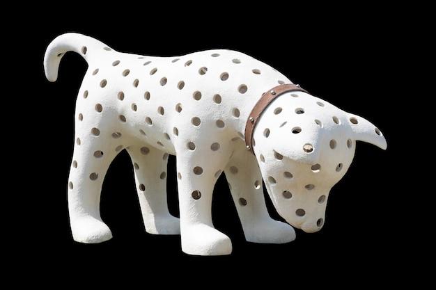 Biały pies ma dziurę w ciele stojącym na czarnym tle izolatu