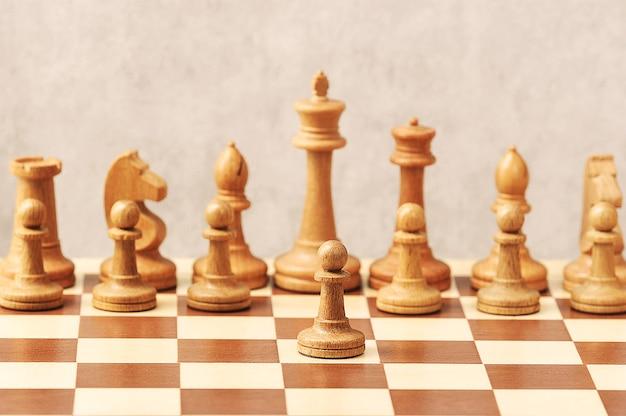 Biały pionek przed białymi szachami