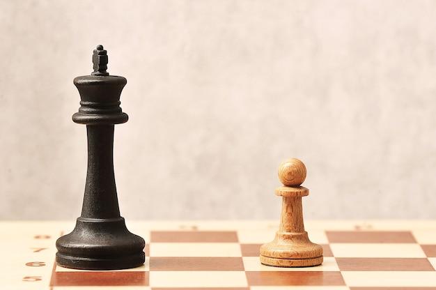 Biały pionek przed czarnym królem