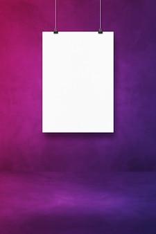 Biały plakat wiszący na fioletowej ścianie z klipsami. pusty szablon makiety