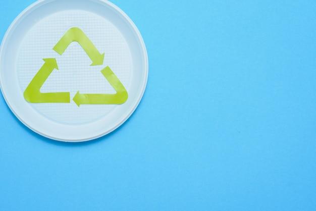Biały plastik jednorazowego użytku na niebieskim tle