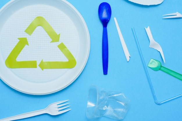 Biały plastik na niebieskim tle. zanieczyszczenie plastikiem