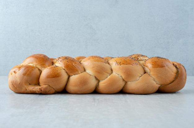 Biały pleciony chleb na kamieniu