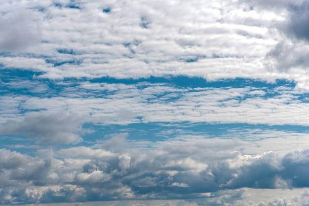 Biały pochmurny na lato błękitnego nieba krajobraz. wysokiej jakości zdjęcie