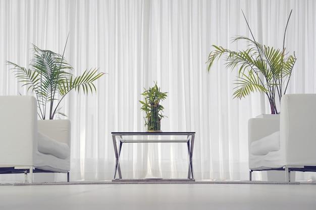 Biały pokój z sofą.