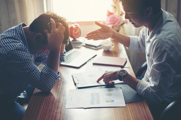 Biały pracy młodzi ludzie pracy zespołowej