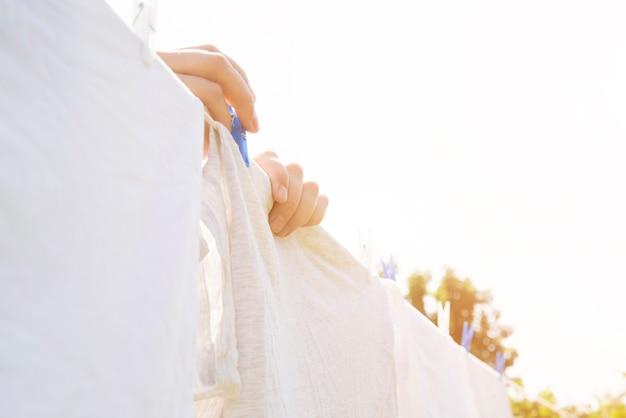 Biały pranie wiszące na sznurku na zewnątrz