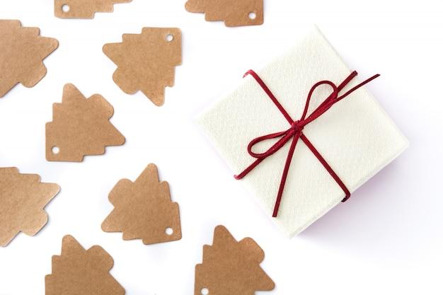 Biały prezenta pudełko i choinki etykietka na bielu. widok z góry.