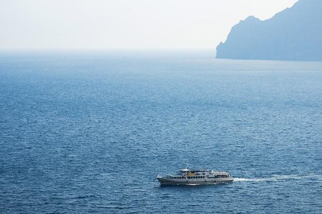 Biały prom na morzu w słoneczny dzień niebieska woda