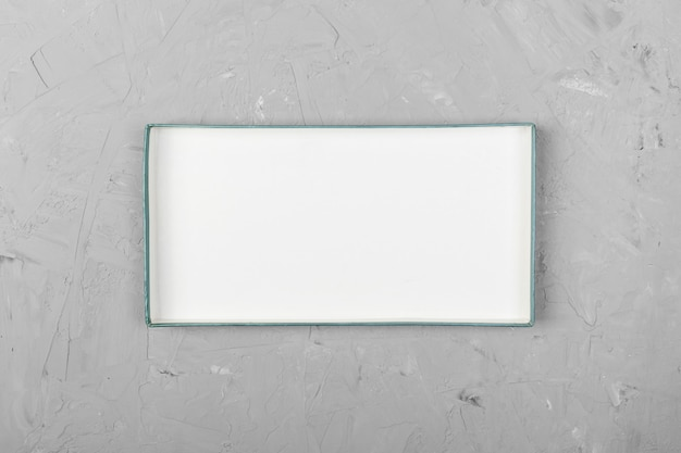 Biały prostokątny pusty otwarty pudełko, odgórny widok na białym drewnianym tle. widok z góry