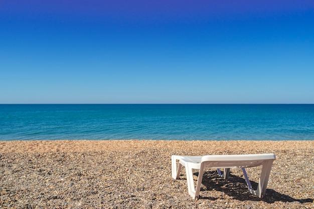 Biały pusty leżak na plaży, nikt