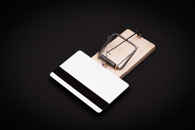 Biały pusty szablon karty kredytowej w drewnianej pułapce na myszy