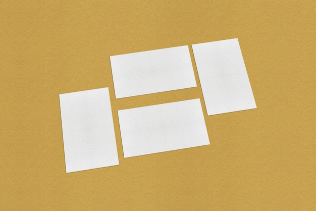 Biały pusty szablon wizytówki, biała wizytówka na złotym tle