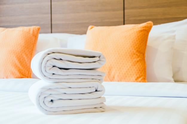 Biały ręcznik kąpielowy na łóżku