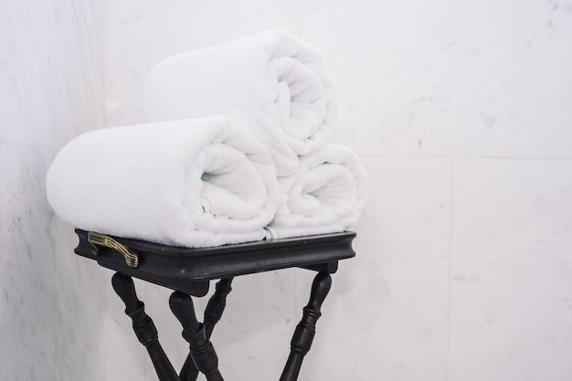 Biały ręcznik kąpielowy na stole