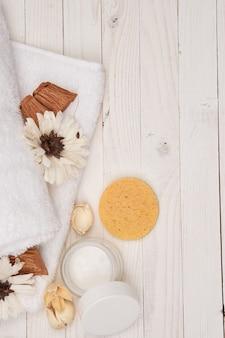 Biały ręcznik kosmetyki akcesoria łazienkowe drewniane tła dekoracje.