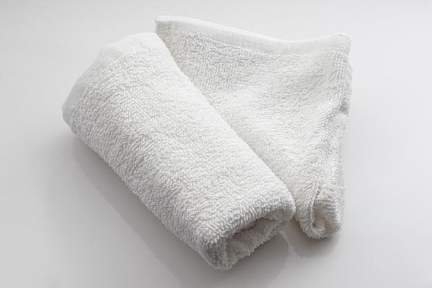 Biały ręcznik na białym tle