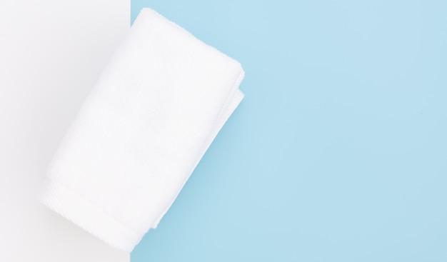 Biały ręcznik na niebieskim tle