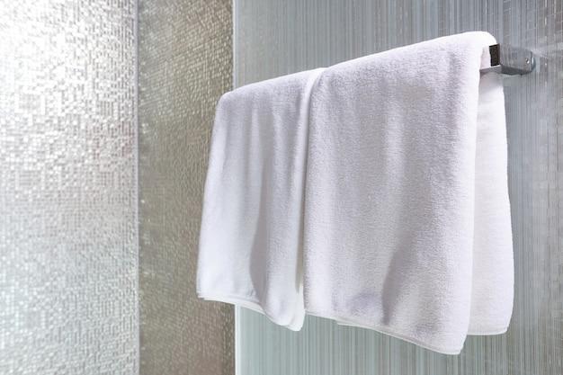 Biały ręcznik na wieszaku przygotowany do użycia