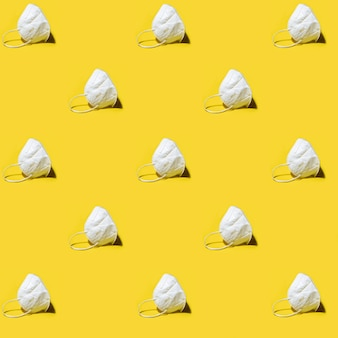 Biały respirator medyczny kn95 maska wzór na żółto