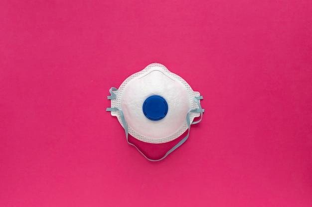 Biały respirator na różowo. przemysłowa maska ochronna na twarz