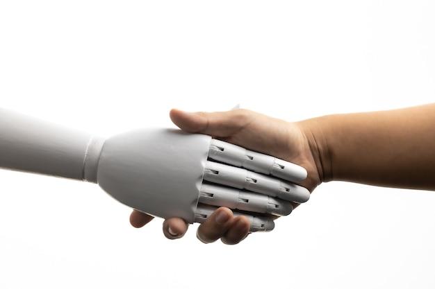 Biały robot potrząsa ręką z człowiekiem na białym tle