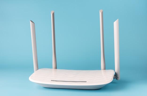 Biały router na niebieskim tle