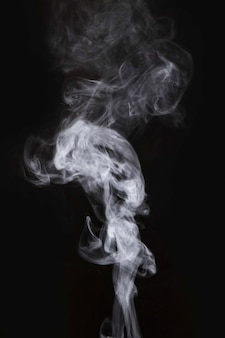 Biały ruch dymu na czarnym tle