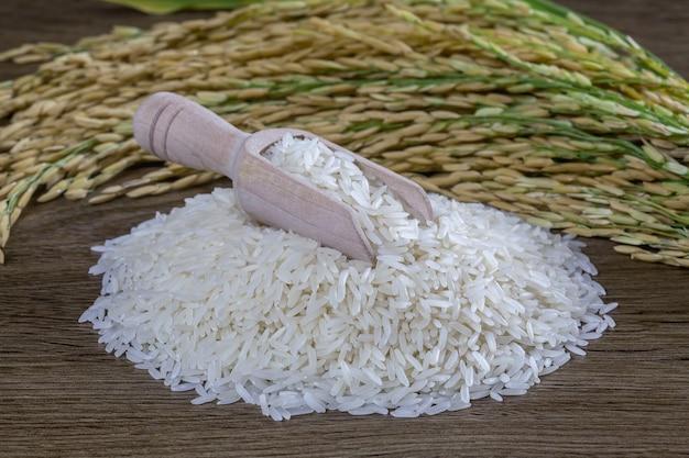 Biały ryż na drewnianej powierzchni