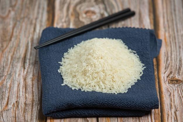 Biały ryż ułożony na szmatce
