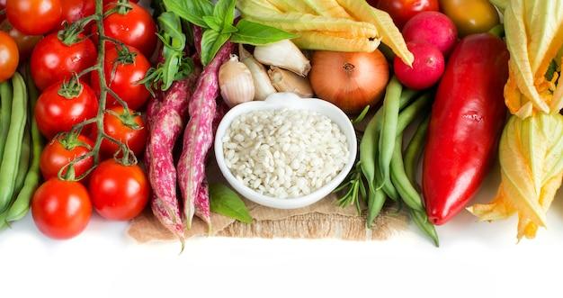Biały ryż w misce i świeże warzywa