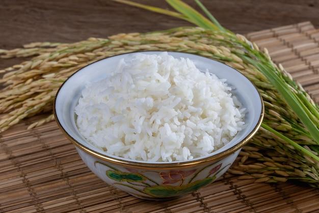 Biały ryż w misce na drewnianej powierzchni