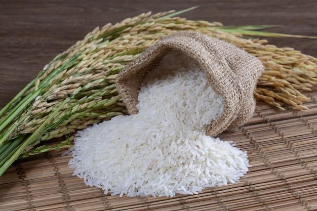 Biały ryż w worku na drewnianej powierzchni