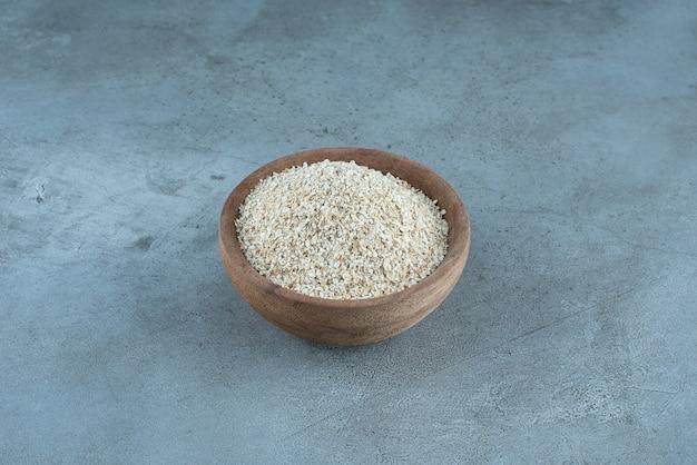 Biały ryż wewnątrz drewnianego kubka. zdjęcie wysokiej jakości