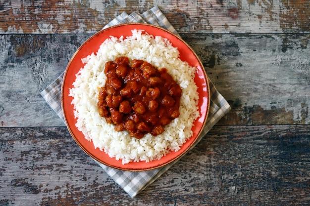 Biały ryż z curry z mięsem sojowym.