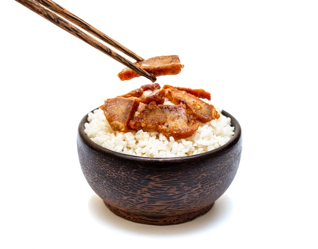 Biały ryż z grillowaną wieprzowiną w czarnej misce na białym tle
